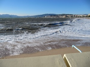 Cannes : La Croisette balayée par des vagues de 7 à 10 mètres…