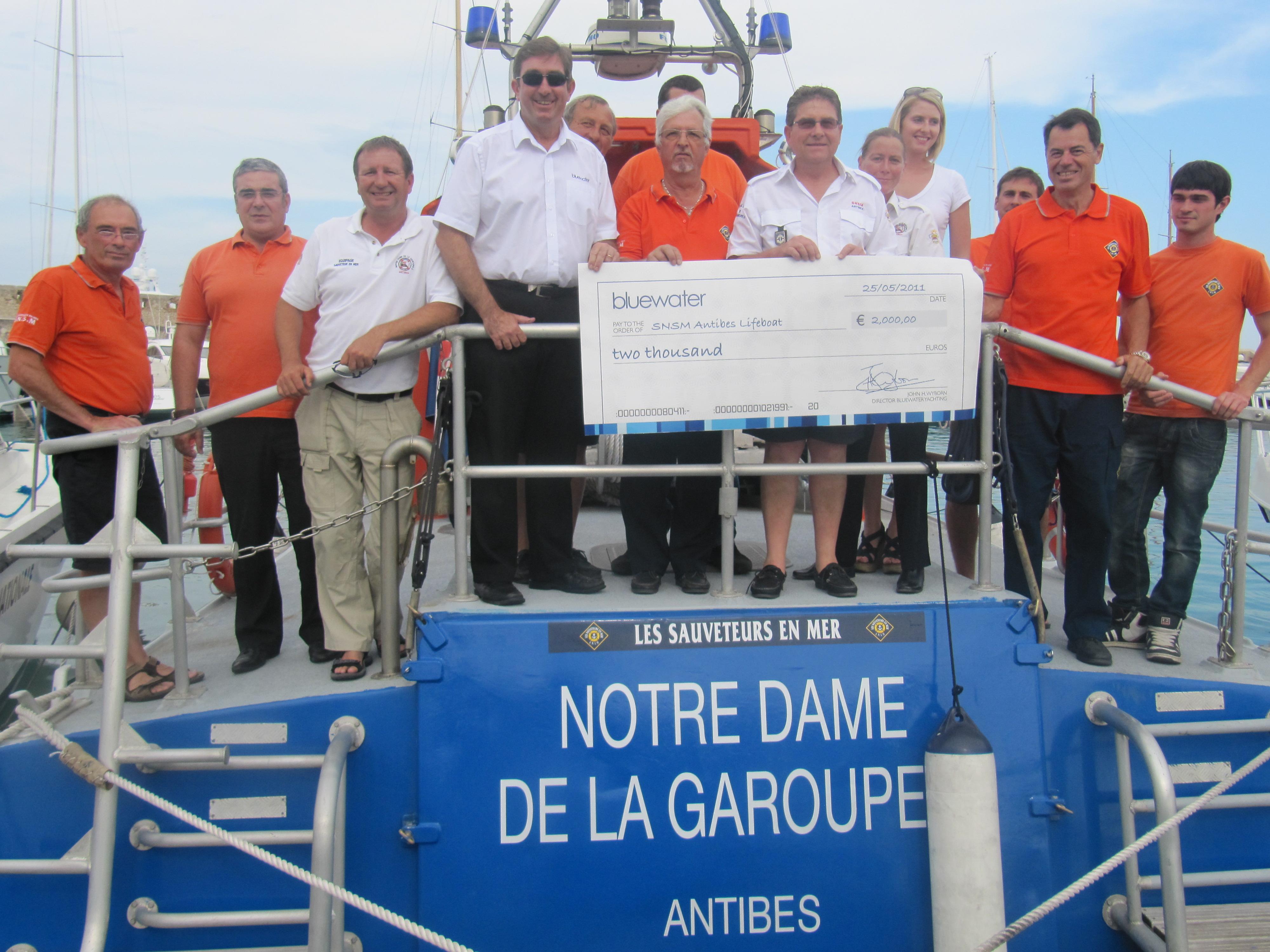La SNSM D'ANTIBES : John Henry WYBORN et Lizzie IRVING remettent le chèque de 2000 €…