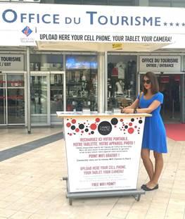 Une borne solaire gratuite pour la recharge des smartphones et l'accès au Wi-Fi à l'Office de Tourisme de Cannes…